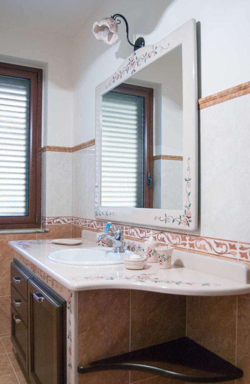 Mobile bagno con piano in pietra lavica decorato a mano, ante in legno massello
