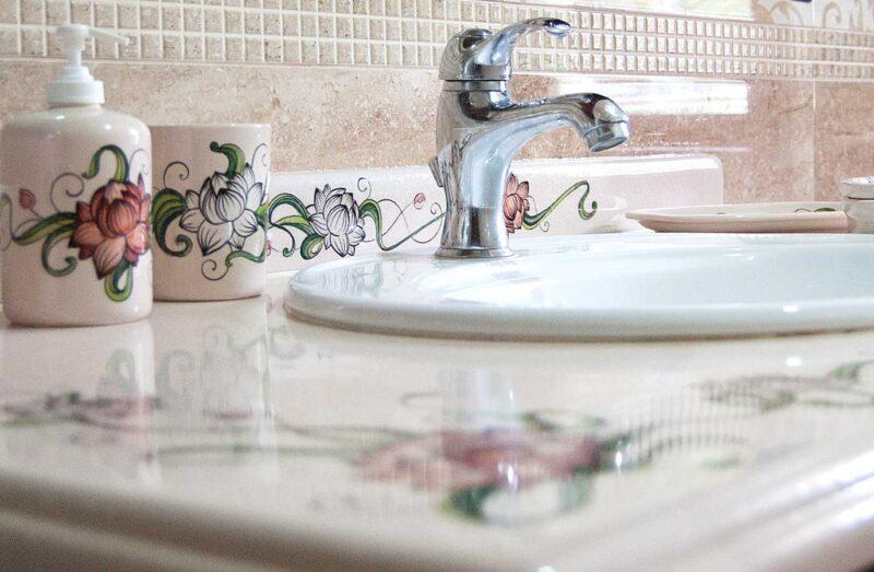 mobile bagno con top in pietra lavica realizzato su misura