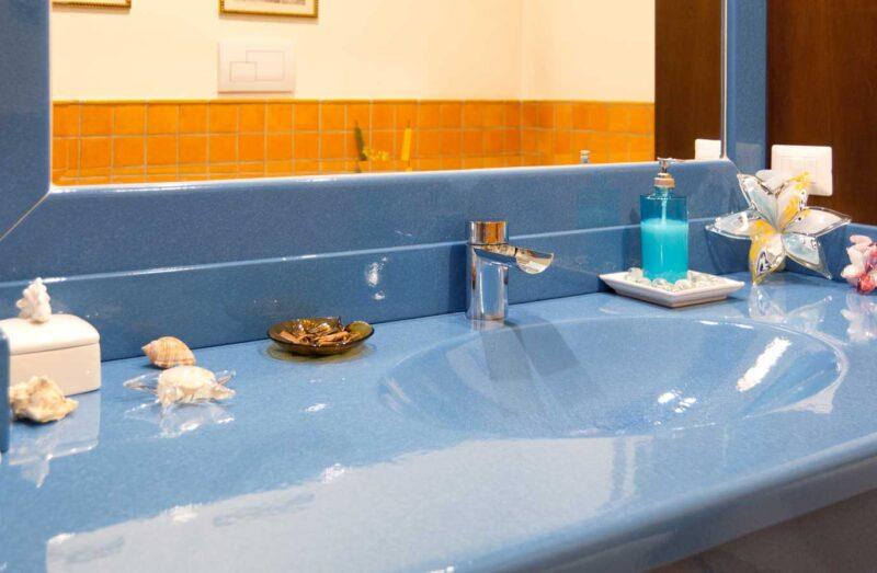 Mobile bagno con top in pietra lavica con lavello scavato, monocolore
