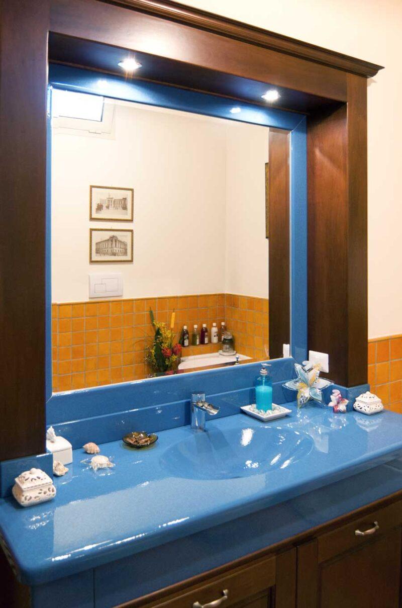 Mobile bagno in stile moderno con top in pietra lavica monocolore