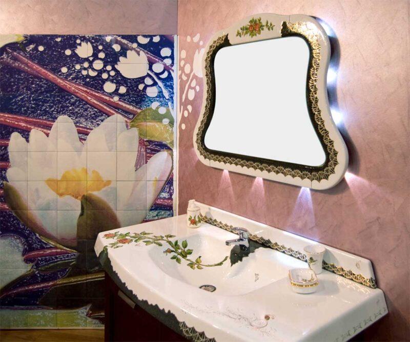 mobile di arredo bagno con top in pietra lavica con decoro rose e rifiniture in oro