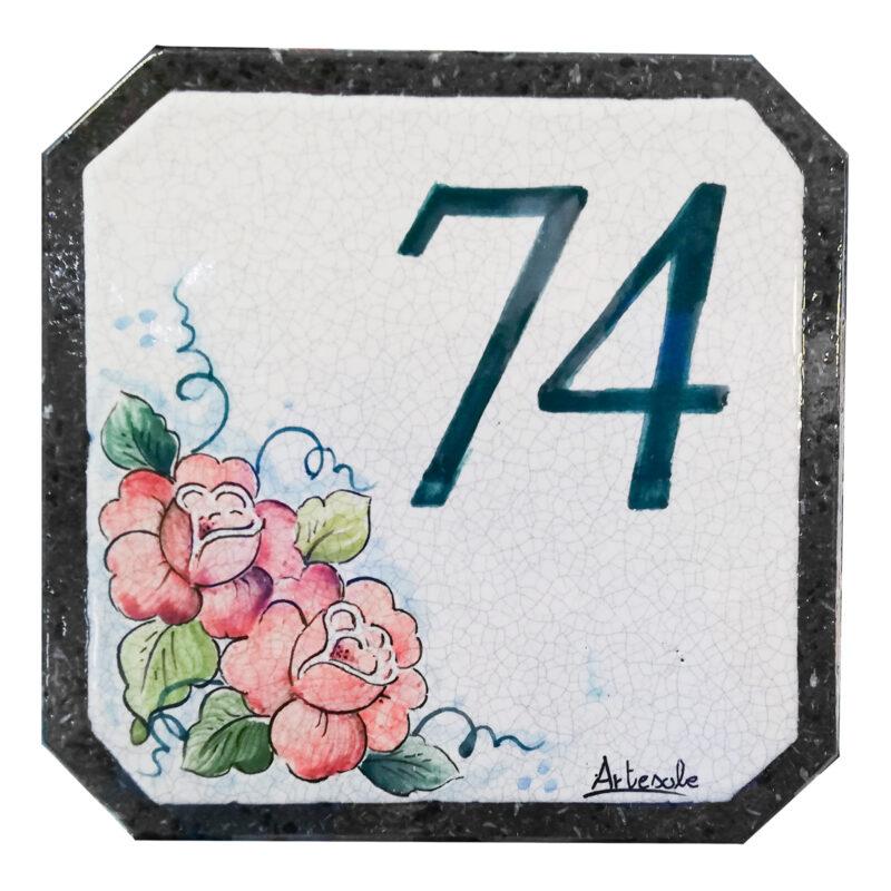numero civico in pietra lavica con decoro fiori e numero