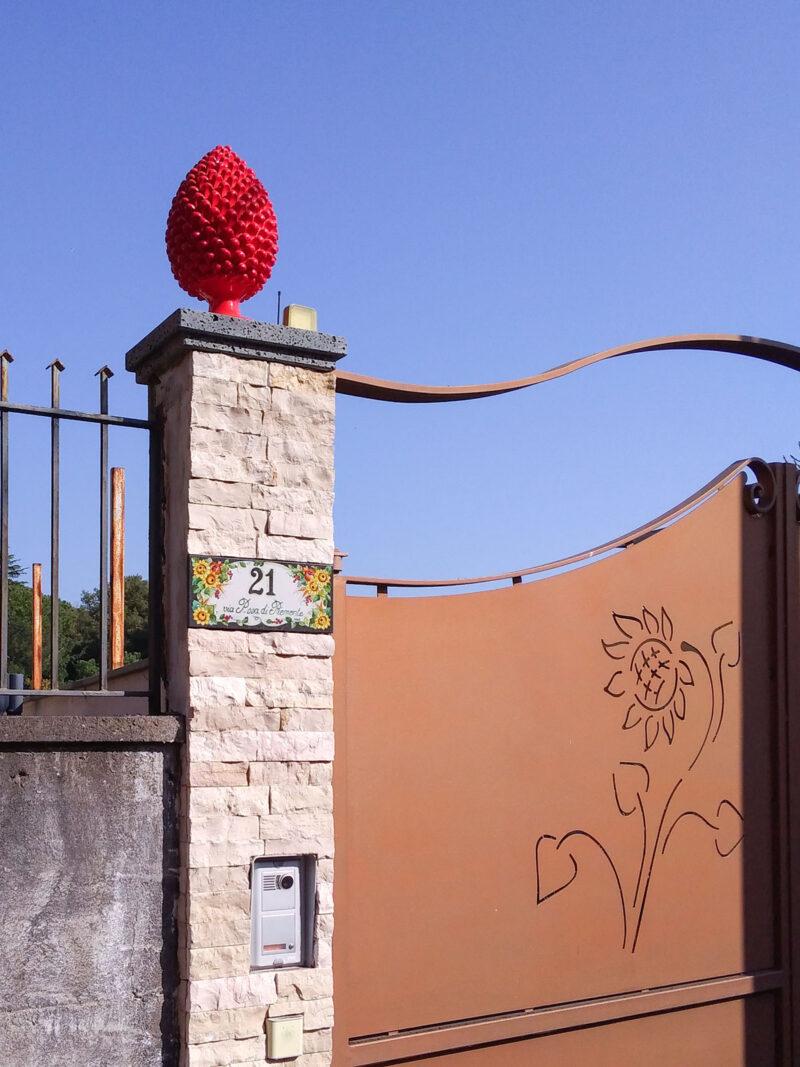 Numero Civico e pigna decorati a mano