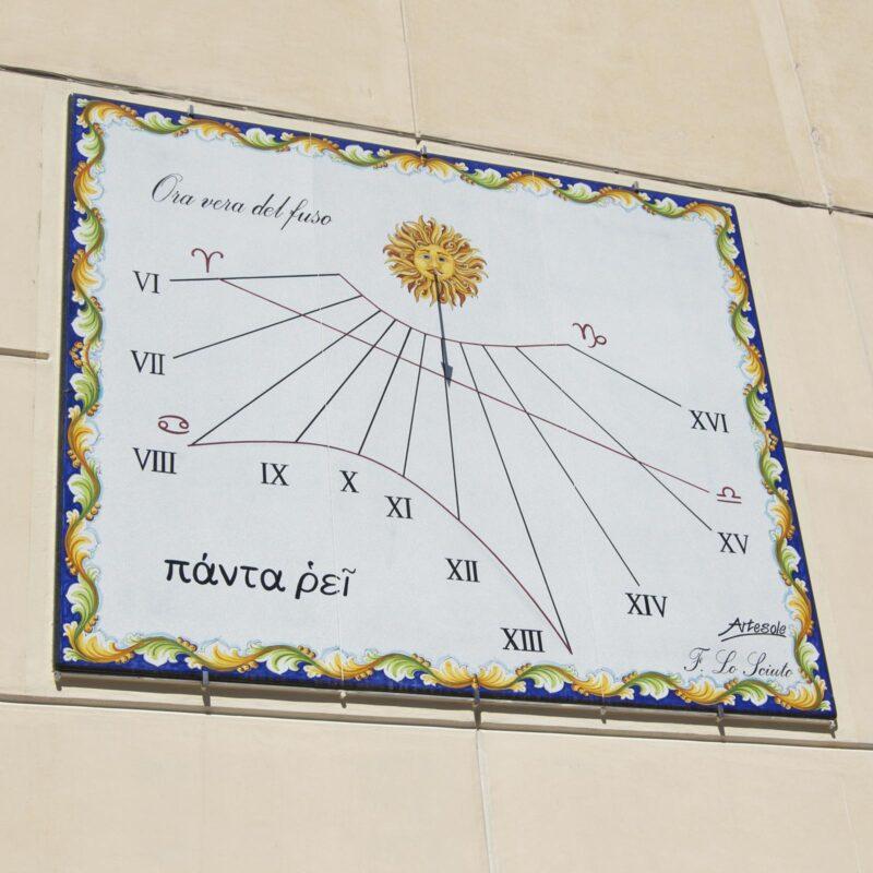 Meridiana - Orologio Solare in pietra lavica decorato a mano
