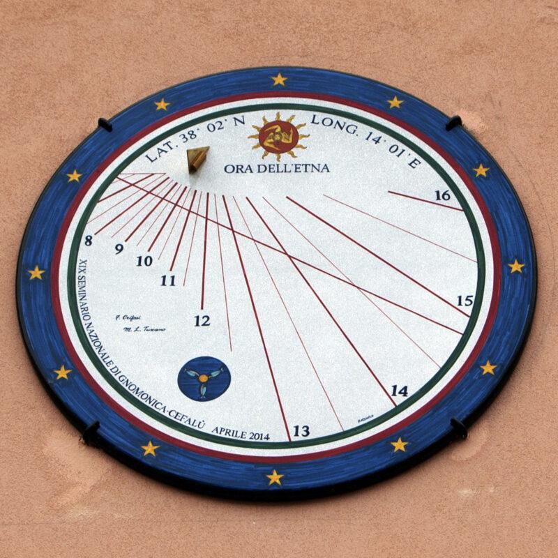 Orologio solare in pietra lavica dell'Etna decorata a mano