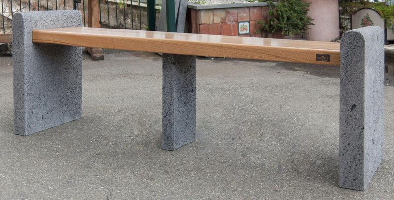 panchina con seduta in legno e muretti in pietra lavica bocciardata