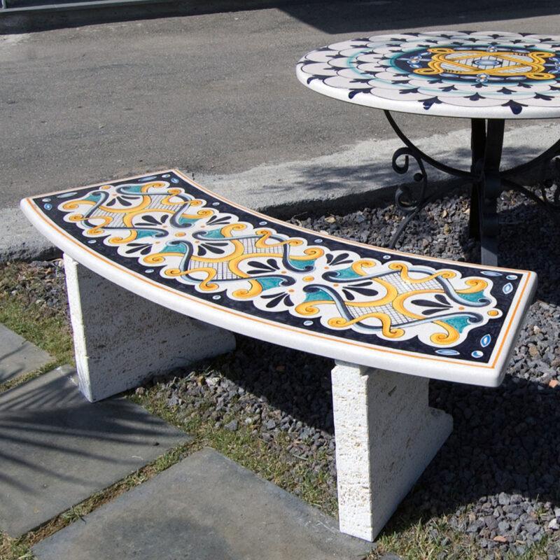 panchina con seduta in pietra lavica decorata a mano e muretti in pietra bianca