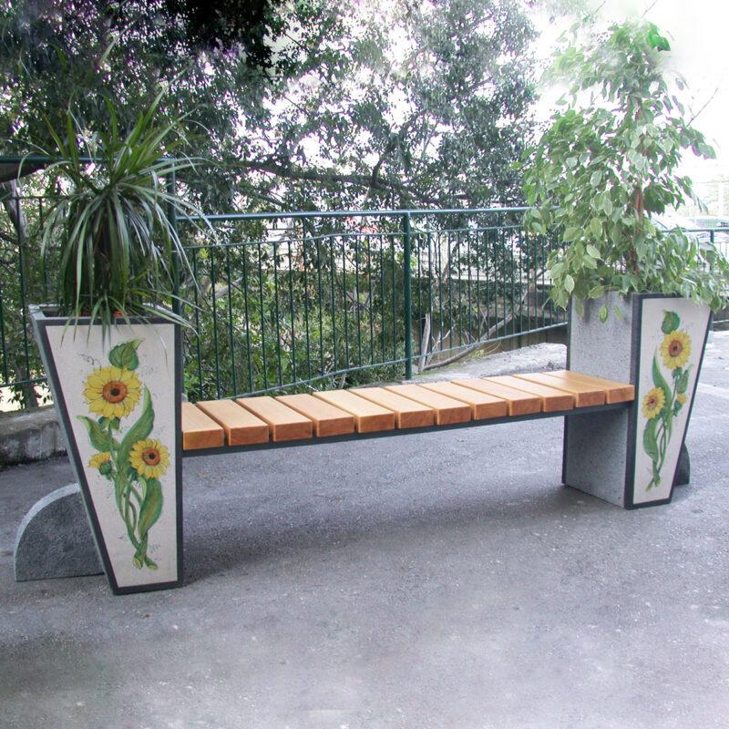 panchina con seduta in legno e fioriere laterali in pietra lavica decorata a mano
