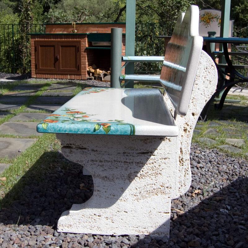 panchina con seduta e schienale in pietra lavica e muretti in pietra bianca