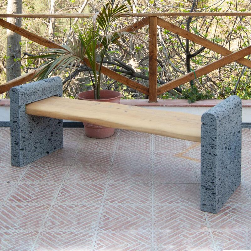 Panchina con seduta in legno massello e muretti laterali in pietra lavica bocciardata