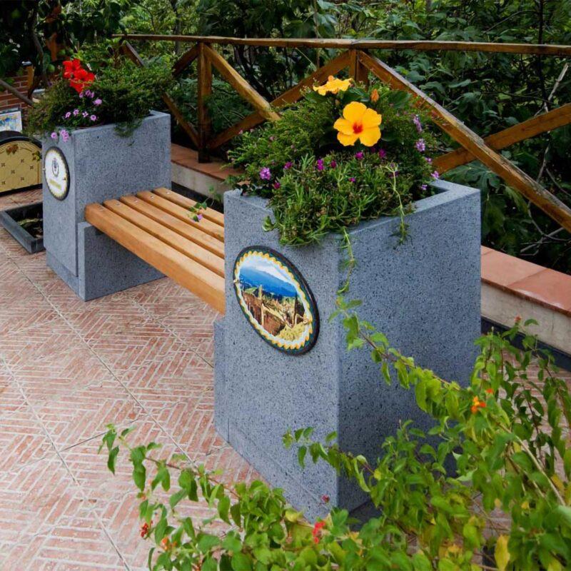 Arredo urbano: panchina in pietra lavica con seduta in legno. decori personalizzabili.