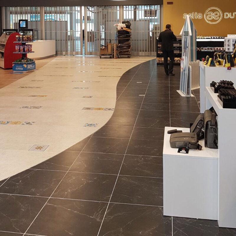 pavimentazione con mattonelle in pietra lavica decorate a mano
