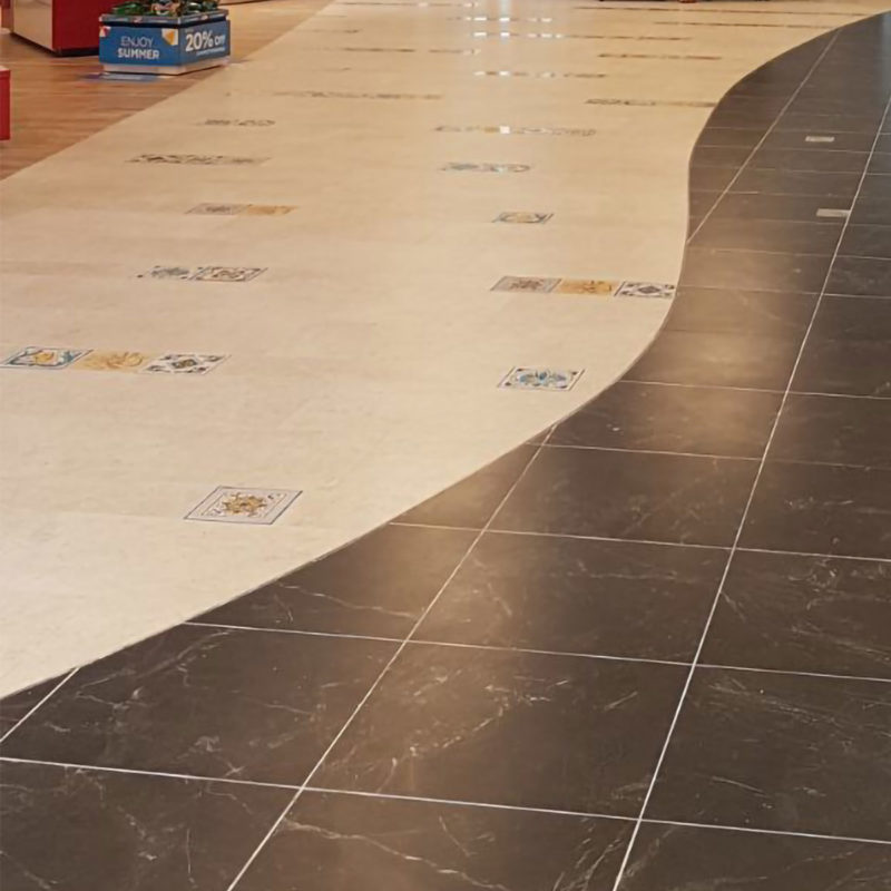 pavimento con mattonelle in pietra lavica decorate a mano