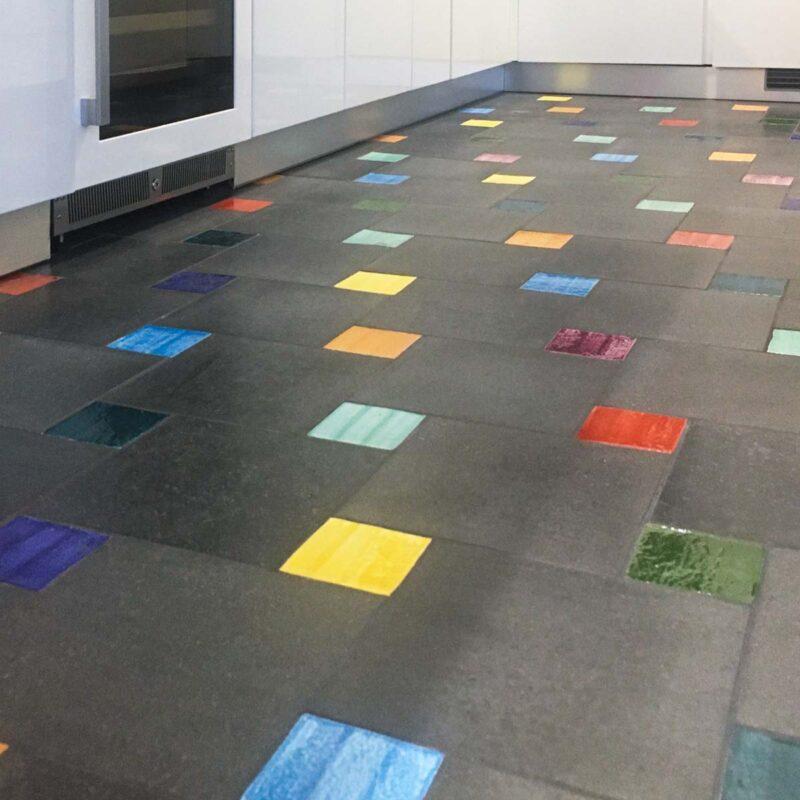 Pavimento moderno in pietra lavica con mattonelle monocolore