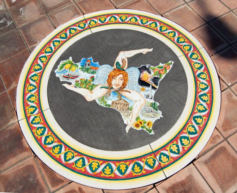 Inserto per pavimento con decoro Sicilia Trinacria realizzato in pietra lavica decorata a mano