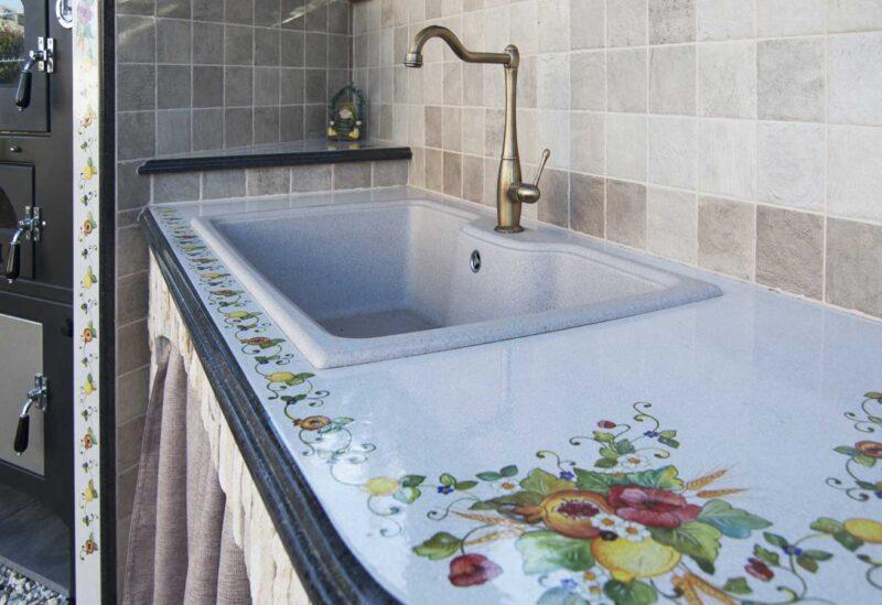 piano in pietra lavica decorato a mano con lavello in fragranite