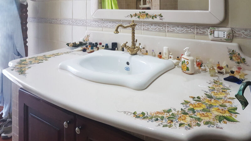 Piano mobile bagno in pietra lavica decorata