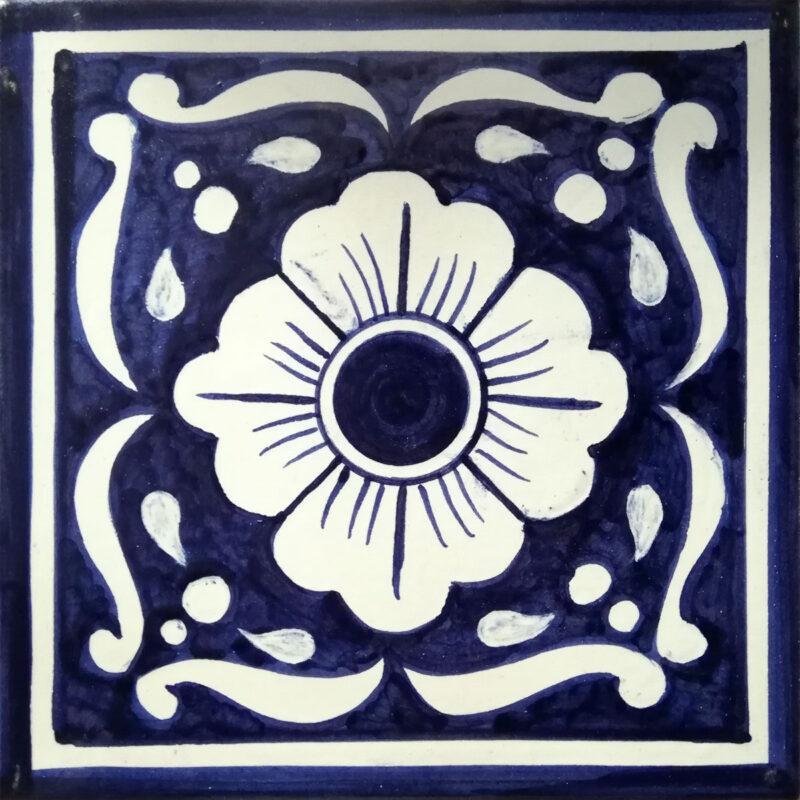 piastrella decorata a mano con dipinto fiore