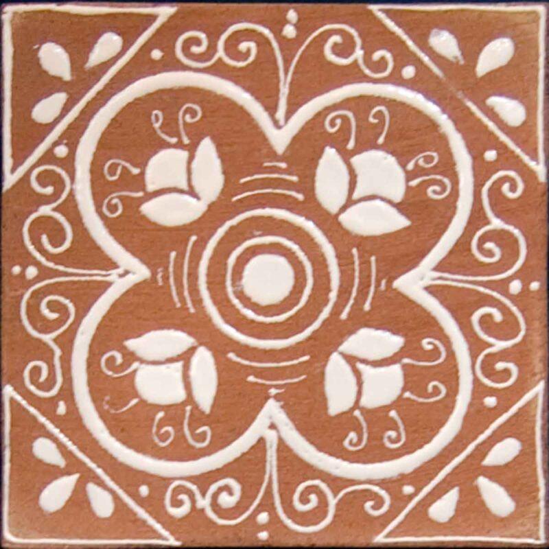 piastrella in cotto con smalto bianco a rilievo