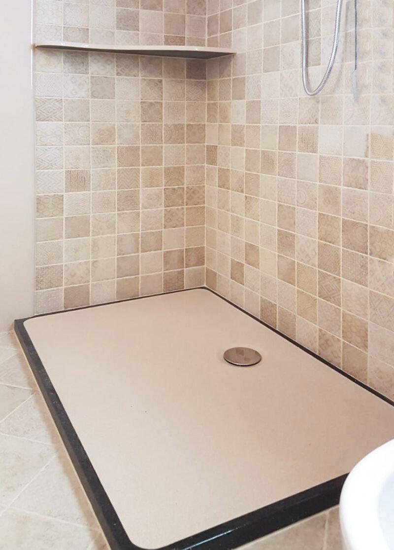 piatto doccia in pietra lavica ceramizzata monocolore