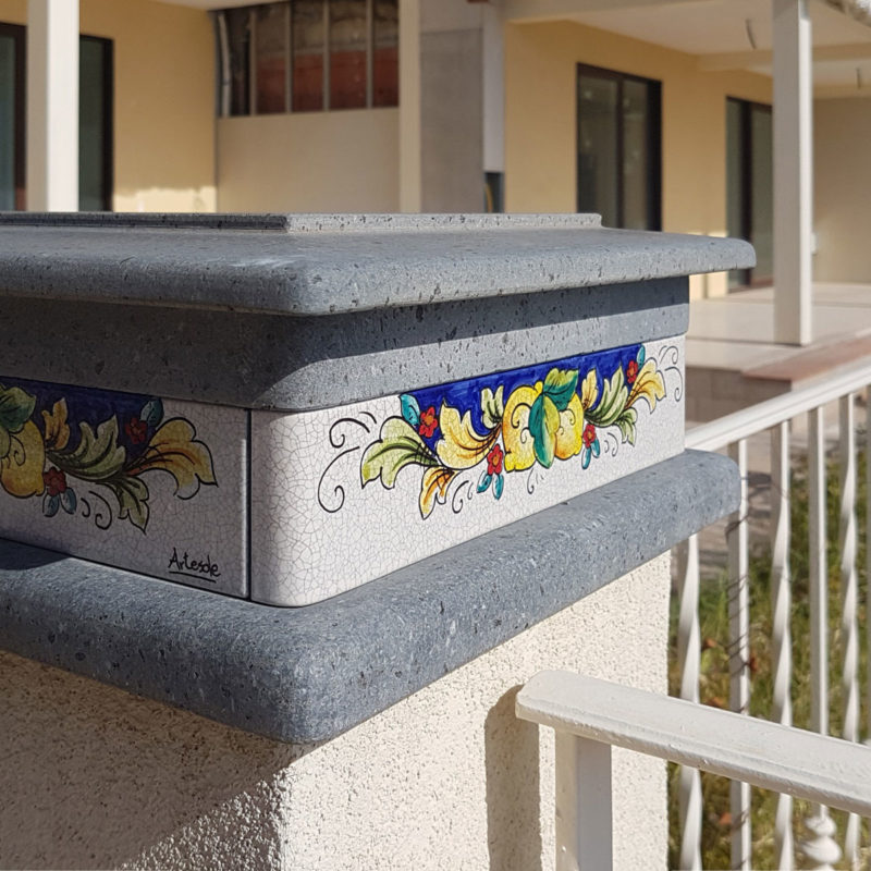 balaustra in pietra lavica decorata a mano