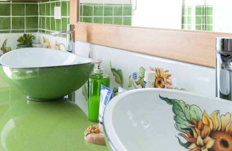 Mobile bagno realizzato artigianalmente con piano in pietra lavica monocolore