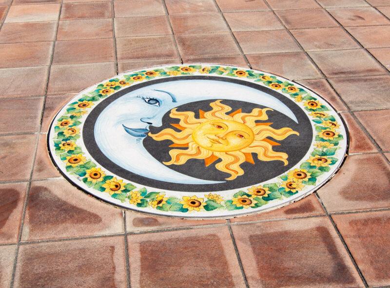 Rosone in pietra lavica decorata a mano, decoro Sole e Luna