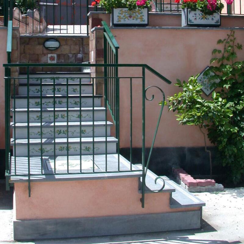 Rivestimento in pietra lavica decorata a mano per scale da esterno