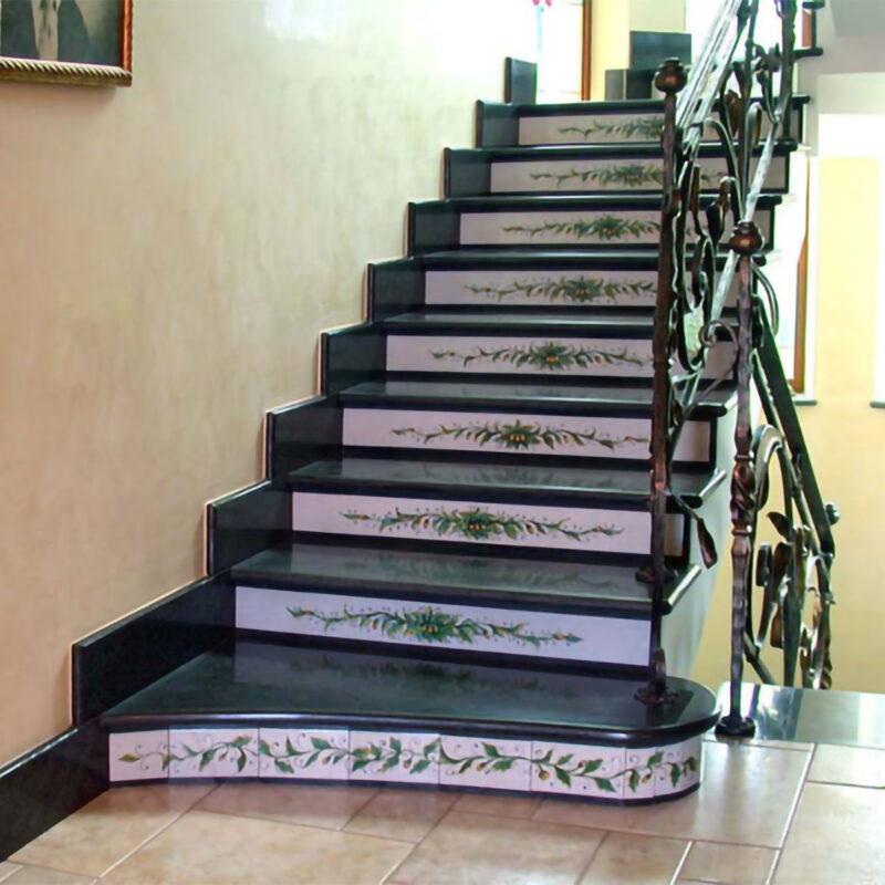 rivestimento in pietra lavica per scala, decorata a mano