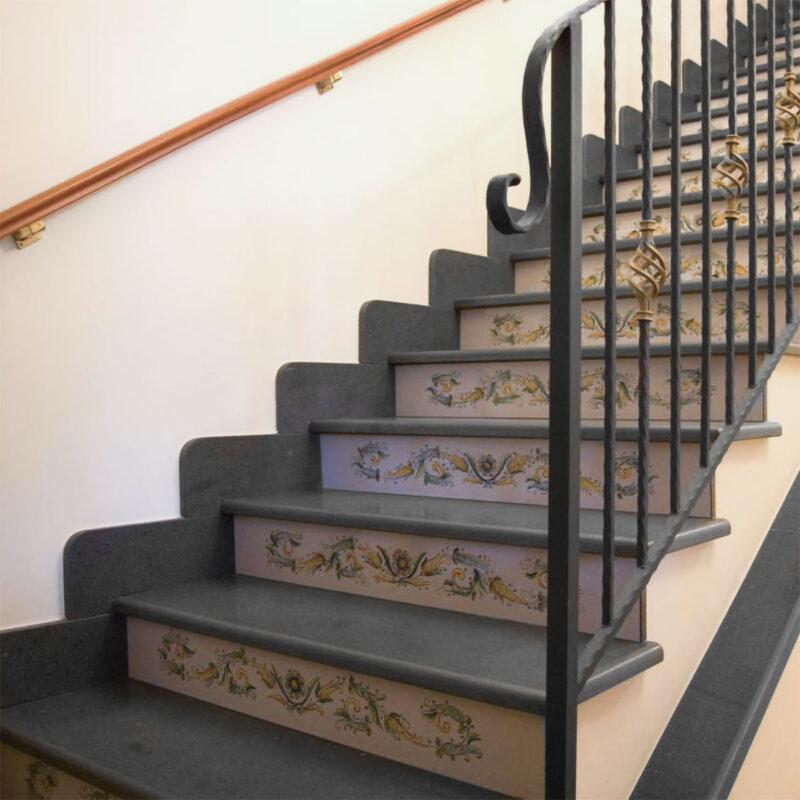 Rivestimento in pietra lavica per scale, pietra lavica ceramizzata e decorata a mano