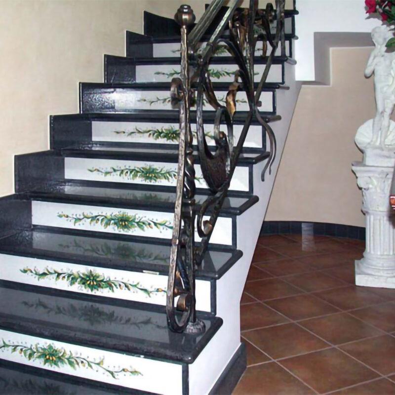 scala in pietra lavica realizzata su misura con decoro dipinto a mano