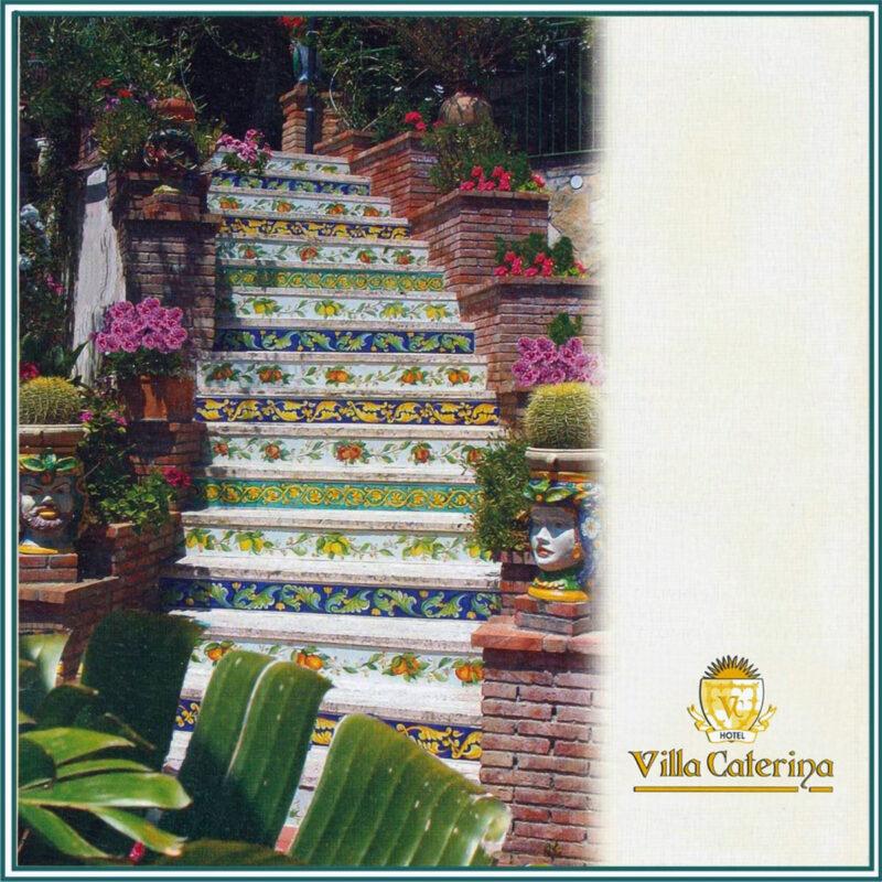 scala in pietra lavica decorata a mano in stile Caltagirone