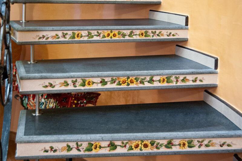 Scala in pietra lavica con scalini sospesi