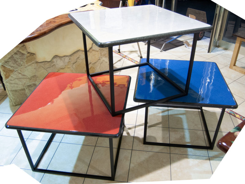 tavoli moderni in pietra lavica color bianco, rosso e blu