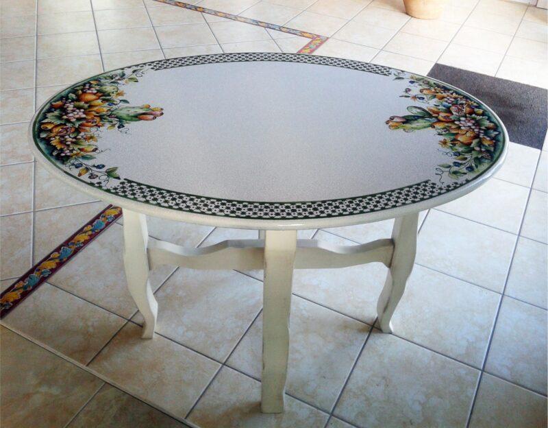Tavolinetto ovale da salotto con base in legno e top in pietra lavica decorato a mano