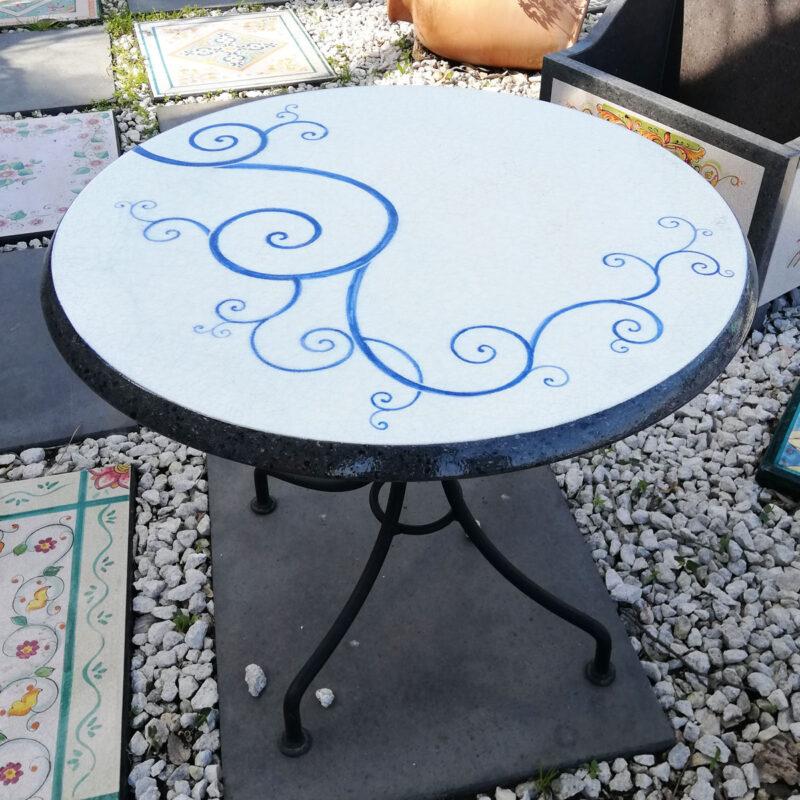 tavolo da giardino moderno in pietra lavica decorata a mano e base in ferro