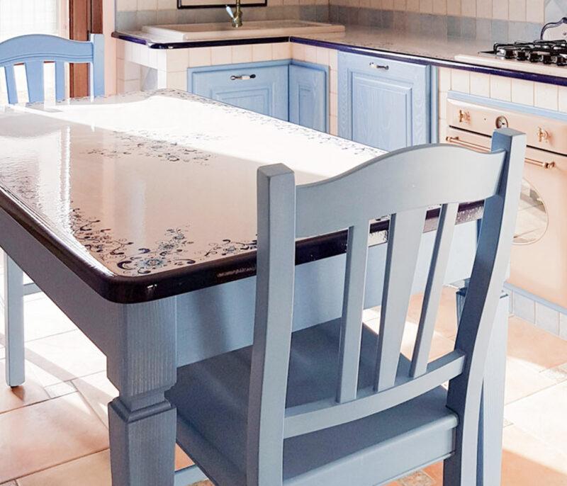 Tavolo in legno massello colore azzuro con top in pietra lavica decorata a mano