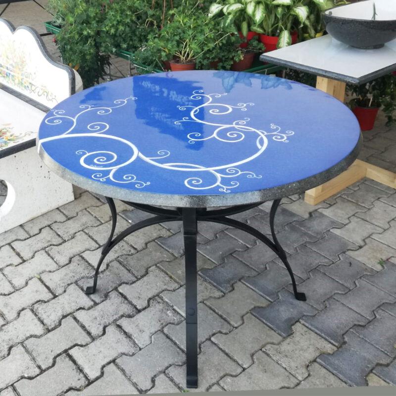 tavolo moderno in pietra lavica decorato a mano, sfondo blu decoro bianco