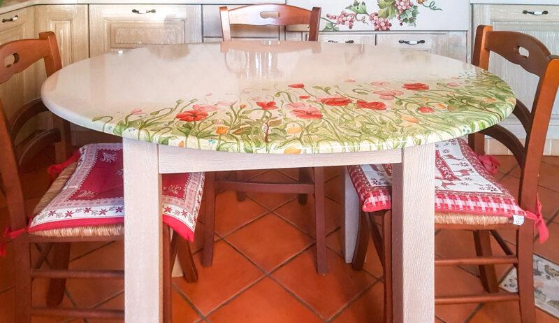 Tavolo in legno massello con top in pietra lavica decorata a mano