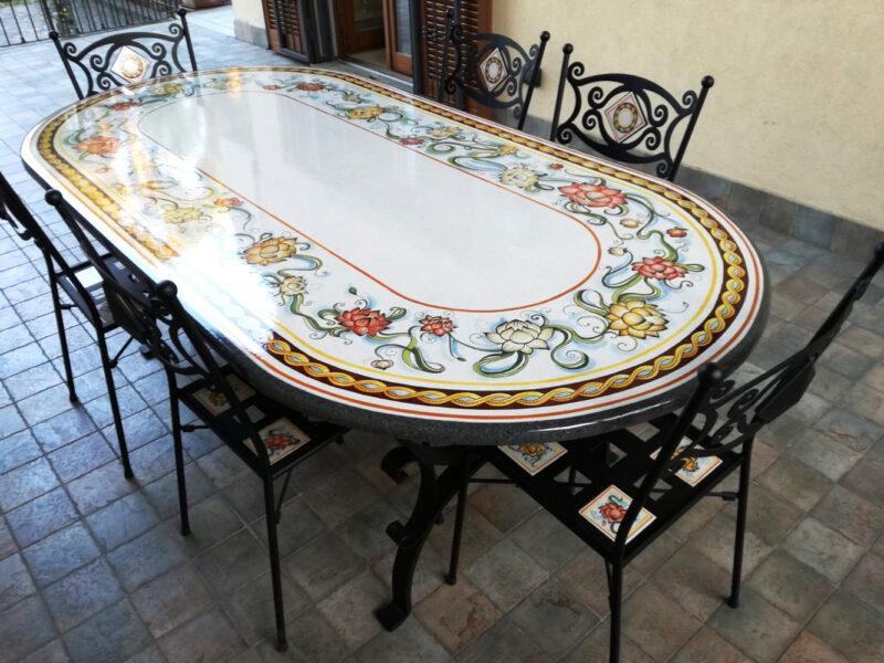 tavolo in pietra lavica con sedie in ferro