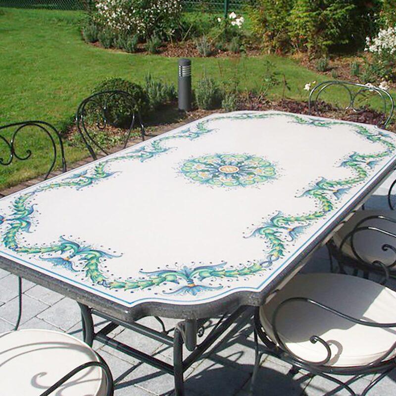Tavolo da giardino in pietra lavica decorato a mano realizzato su misura