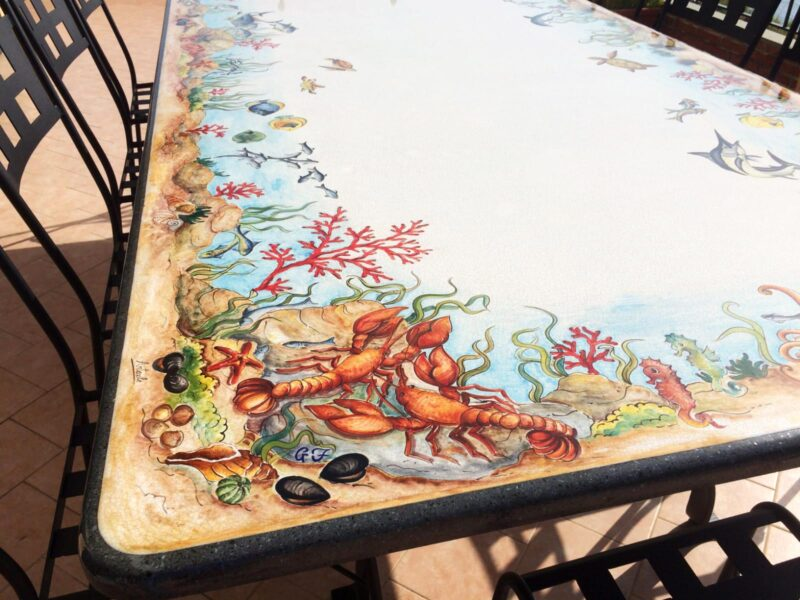 Tavolo decorato a mano con decorazione marina