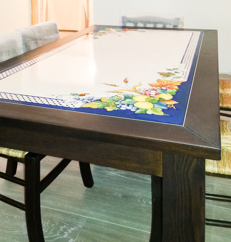 Tavolo in Legno Massello con inserto in pietra lavica incassata decorata a mano
