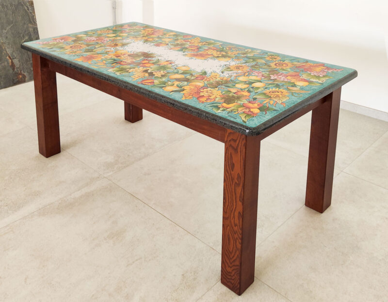 Tavolo in pietra lavica con base in legno