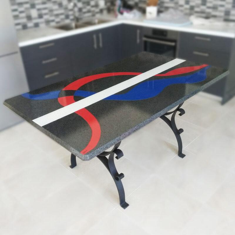 tavolo moderno in pietra lavica con fasce colorate dipinte a mano