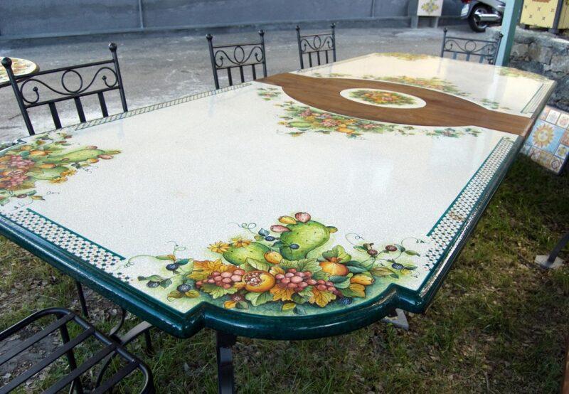 tavolo rettangolare in pietra lavica decorata a mano e legno massello, realizzazione su misura.