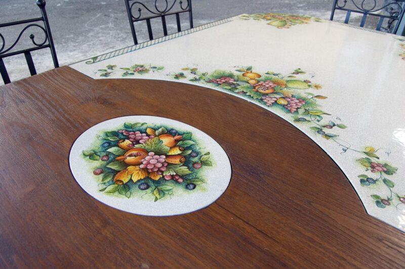 Particolare del tavolo in pietra lavica con legno massello