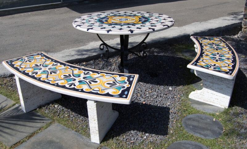 tavolo con panchine in pietra lavica decorata a mano