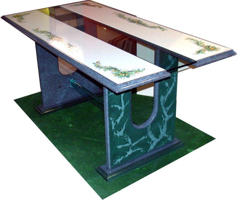 Tavolo in pietra lavica decorata a mano e vetro centrale