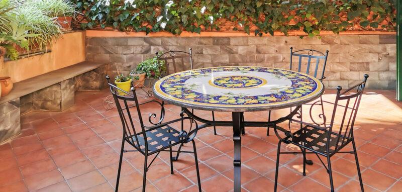 Tavolo in pietra lavica adatto per ambienti esterni